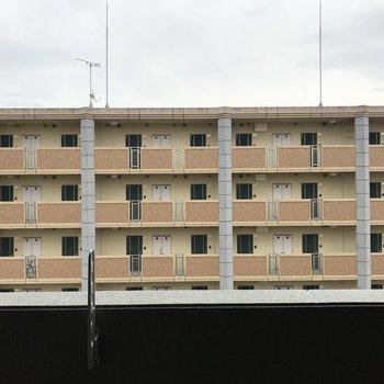 眺望は向かい側のマンション。圧迫感はないですよ◯