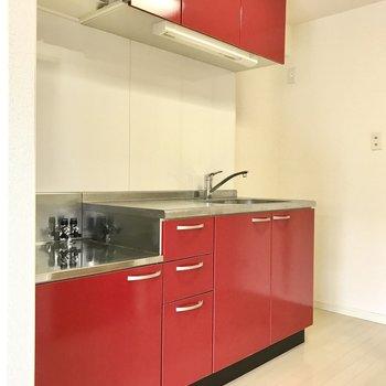 キッチンは少し奥まっているので清潔感も出にくい。情熱の赤です!