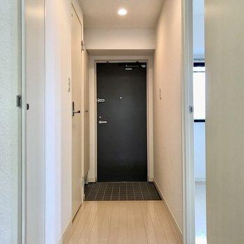 廊下を通って、洋室へ
