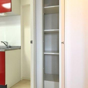 とその前にこんな棚がありました!キッチンが近いのでパントリーとしても◯