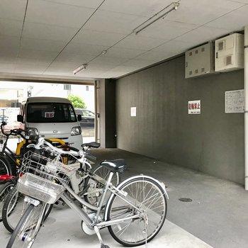 駐輪場も屋根の下なので人天者が塗れる心配もないですね
