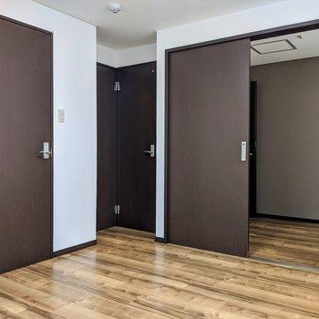 濃い目のブラウンで統一されたドア。