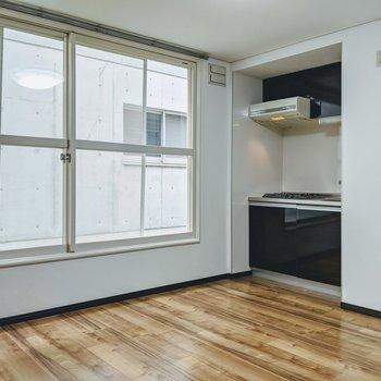 存在感のある大きな窓と味のある色をした床のベストマッチな空間。