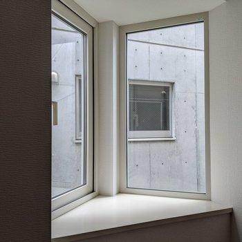 出窓にはグリーンを置きたいですね。