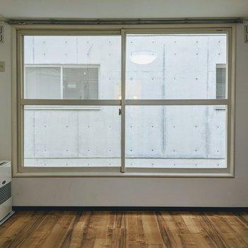大きな窓を開けると心地の良い風が入ってきます。