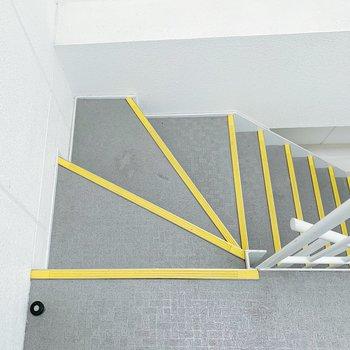 お部屋までは階段で、上がりましょう〜。