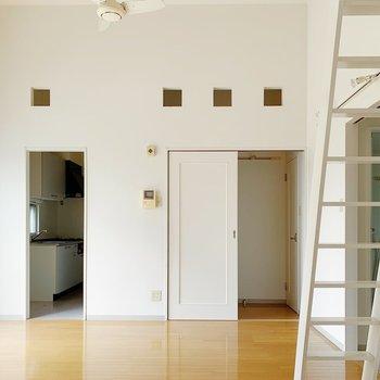 小窓がポコポコっと。デザインがすてきだ〜◯では左奥のキッチンを見てみましょう。