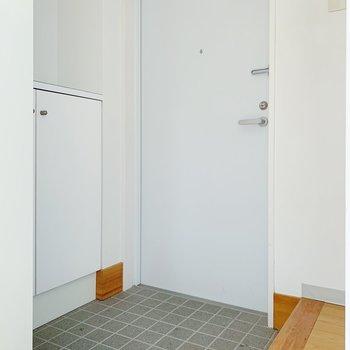 玄関も広々♪3〜4足の靴は出しておけそうですね。