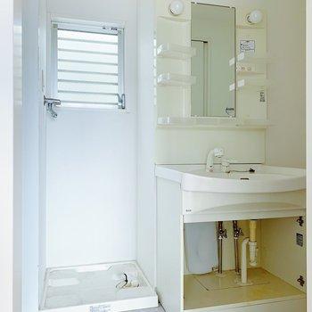 サニタリーには独立洗面台と洗濯機置き。こちらも小窓つきです。(※写真はクリーニング前のものです)