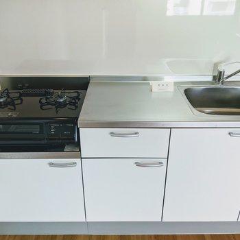 【LDK】キッチンには広めの調理スペースがあります。2口のコンロが設置済みなので料理が捗りますね。
