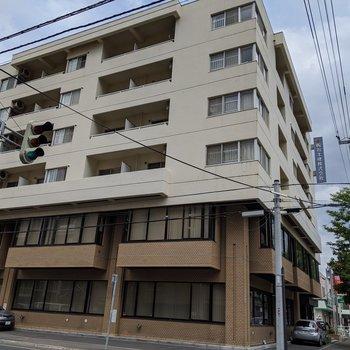 今回のお部屋は1階と2階には会社が入っている建物の6階にあります