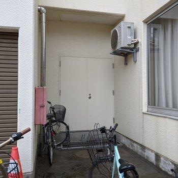 自転車置場は駐車場の隣にあります。