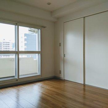 【洋室7.6帖】西向きの窓からは晴れた日暖かい日差しが入ります
