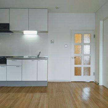 【LDK】キッチンは片側にまとまっているのでリビングスペースを活用しやすそうです。