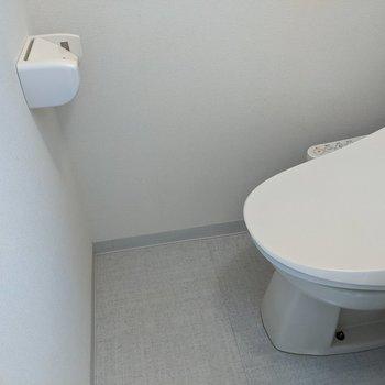 シンプルで落ち着きのあるトイレ。