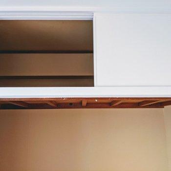 【洋室4.7帖】上部にもしっかりと収納スペースがあります。