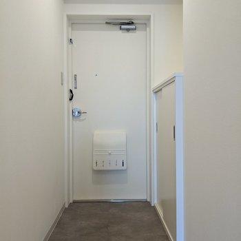 玄関は狭くはない印象。横のシューズボックス上に芳香剤などがおけますよ。
