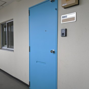 可愛らしいライトブルーの扉