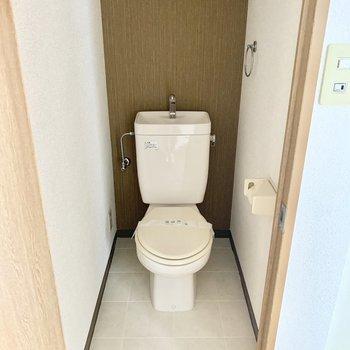 トイレはシンプルタイプ。上部に棚付いてます。(※写真は13階の同間取り別部屋のもので、一部仕様が異なります)