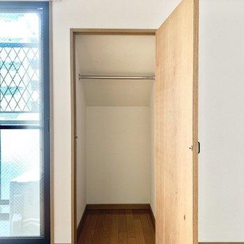 クローゼットはコンパクトです。ハンガーポール付き。(※写真は13階の同間取り別部屋のもので、一部仕様が異なります)