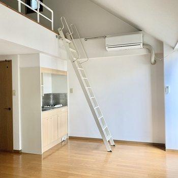 ロフト付きのワンルーム◎(※写真は13階の同間取り別部屋のもので、一部仕様が異なります)