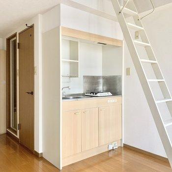 すっぽりとおさまったコンパクトキッチン。(※写真は13階の同間取り別部屋のもので、一部仕様が異なります)