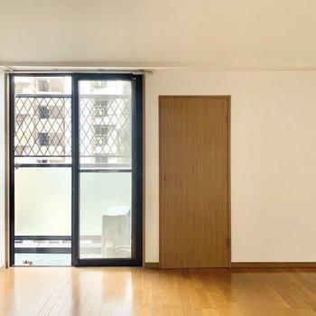 シンプルな内装で男女問わずなデザイン。(※写真は13階の同間取り別部屋のもので、一部仕様が異なります)