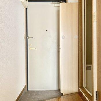 めずらしい三角の玄関!(※写真は13階の同間取り別部屋のもので、一部仕様が異なります)