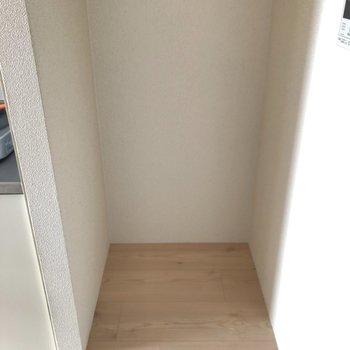 キッチン横には冷蔵庫置き場を。(※写真は3階の号間取り別部屋のものです)