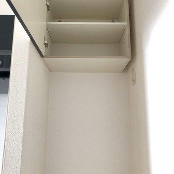 上には収納付き。天井近くにあるため、踏み台があると便利です。(※写真は3階の号間取り別部屋のものです)