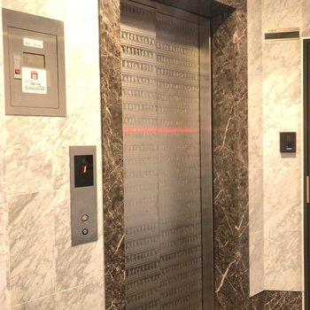 エレベーターでお部屋まで向かうことができます。