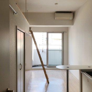 ロフトを見てみましょう。ハシゴはキッチンの後ろ側に掛けることができます。(※写真は3階の号間取り別部屋のものです)