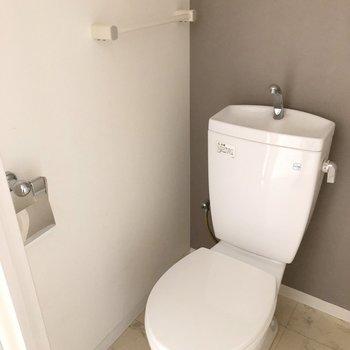 まずはトイレ。個室になっていて落ち着きます。(※写真は3階の号間取り別部屋のものです)