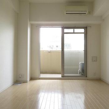 洋室は約7帖。一人暮らしにちょうどいいサイズ感(※写真は12階の同間取り別部屋のものです)