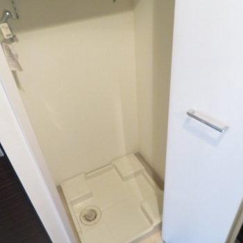 玄関横に洗濯機置き場(※写真は12階の同間取り別部屋のものです)