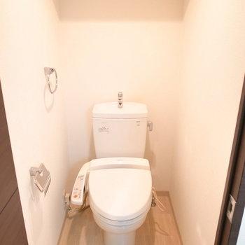 フロアマットの木目で、トイレだってナチュラルカラー。(※写真は3階の同間取り別部屋のものです)