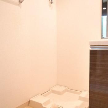 左となりに洗濯機置き場があります。(※写真は3階の同間取り別部屋のものです)