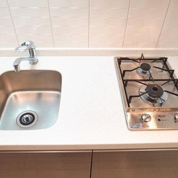 コンロはガス火で、調理スペースもある程度ありますよ!(※写真は3階の同間取り別部屋のものです)