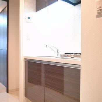 ひとり暮らし向けのコンパクトさ。冷蔵庫のスペースがあります。(※写真は3階の同間取り別部屋のものです)