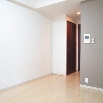 8帖の居室は必要な家具を置くだけがちょうどよさそうです。(※写真は3階の同間取り別部屋のものです)