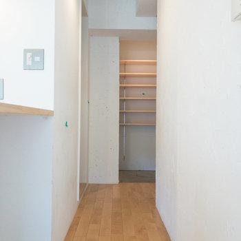廊下です。奥にはオープンクローゼットと玄関があります。※写真はクリーニング前のものです