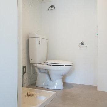 脱衣所とトイレは同室です。上部には収納棚があります。
