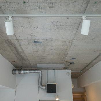天井は一変して無骨。剥き出しのコンクリートと配管がカッコいいですね。