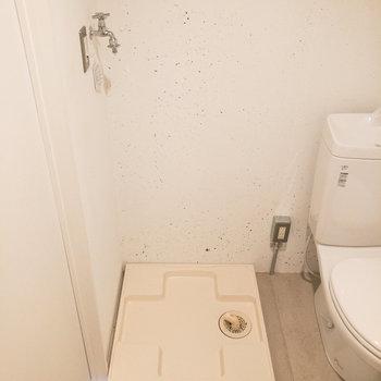 洗濯機置き場はトイレの横にあります。