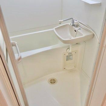 お風呂は2点ユニットです。鏡もついています。