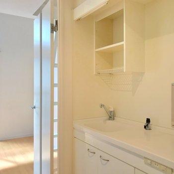 かわいらしい白のキッチンを横目に居室へ。