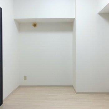 【洋室】くぼみの部分は机などを置いて書斎スペースに。
