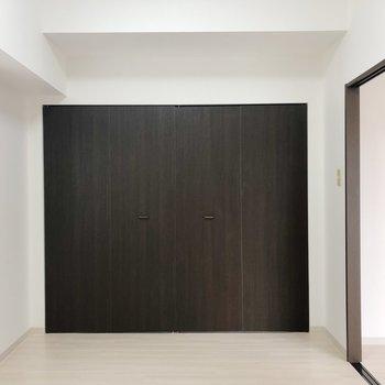 【洋室】収納は壁一面に。