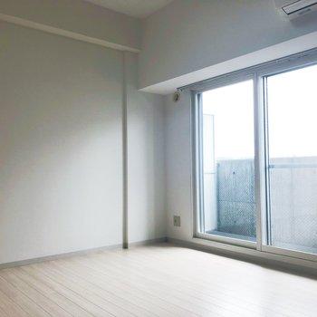【LDK】壁に沿ってソファやテーブルを置いて。