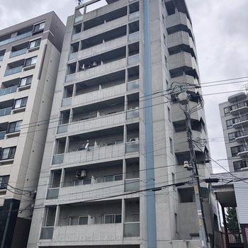 大きな通りに面するマンションです。